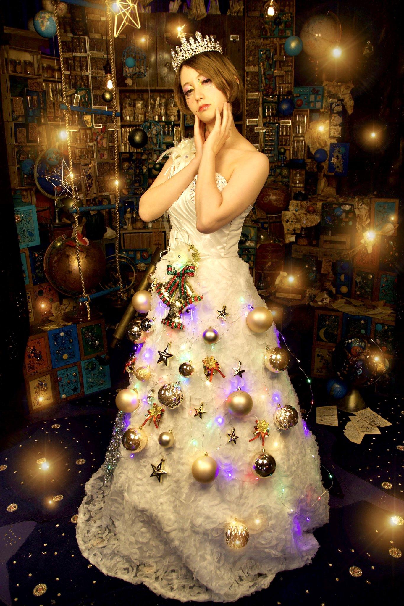 ドレスでクリスマスツリーを表現した作品でした。